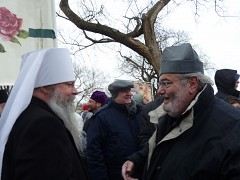 Met. Tikhon and Fr. Joseph   talk before start of march.